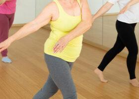 Närbild på kroppar av medelålders kvinnor som dansar i danssal