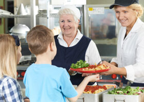 Barn blir serverade skolmat