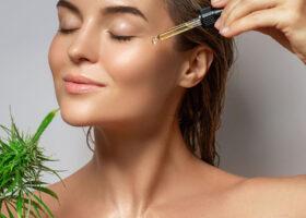 Kvinna applicerar cbd-olja i ansiktet