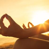 Meditation i skräddarställning i solnedgång