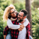 man och kvinna skrattar