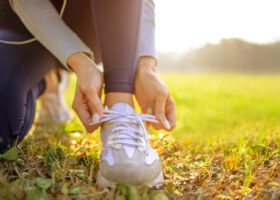 kvinna knyter sko