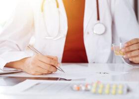 läkare skriver ut recept