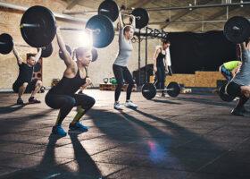 några personer lyfter vikter