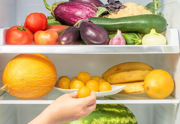 Frukt och grönt i kylskåp