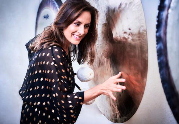 Sara Emilionie spelar på gonggong