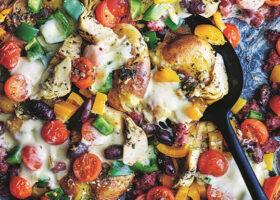 Blandade grönsaker och ost på en plåt