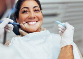 kvinna hos tandläkare
