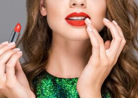 Kvinna med rött läppstift